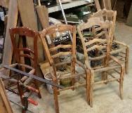 Status bij binnenkomst van de antieke Franse boeren stoelen.