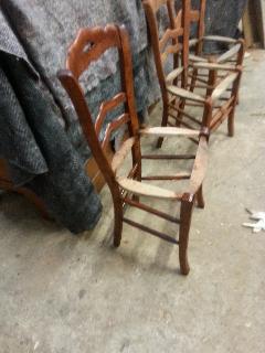 Tijdens het restaureren van de antieke franse boeren stoelen