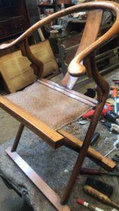 Restauratie van een antiek Chinees Kuangali stoeltje